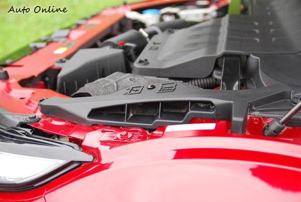 RANGE ROVER EVOQUE的引擎進氣口設在引擎室的高點,也就是設在前輪拱上方的位子。