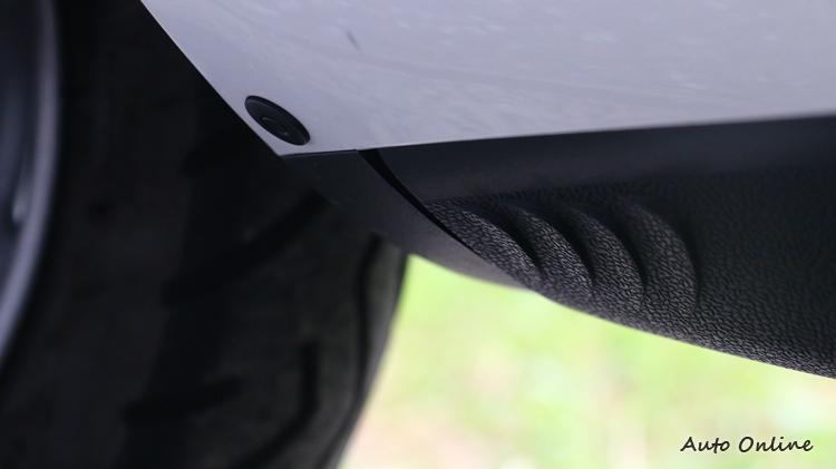 車輛下方有特殊鯊魚咬痕設計,經過實驗可以增加流動氣場穩定。