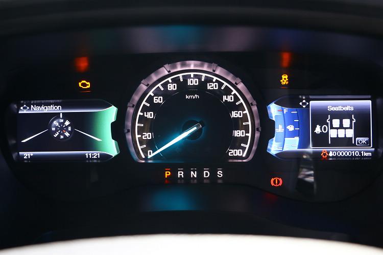 除了中控台的高解析度8吋觸控螢幕,全新雙TFT儀錶板亦可顯示各項行車輔助資訊。/