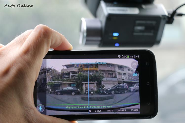 直接從手機校正角度,把藍線對準路中央、綠線切齊車頭即可。