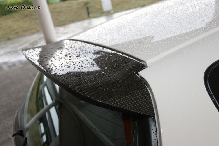 車主是碳纖維狂,到處都可看到碳纖維製品。
