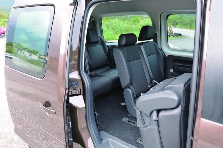 雙側滑門搭配可翻折座椅設計,讓後排乘客進出與取放物品都能更輕鬆。