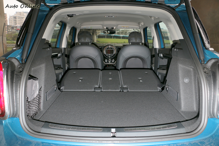 後車廂空間顯著加大100公升至450公升,椅背傾倒時更可創造高達1390公升的實用大空間。