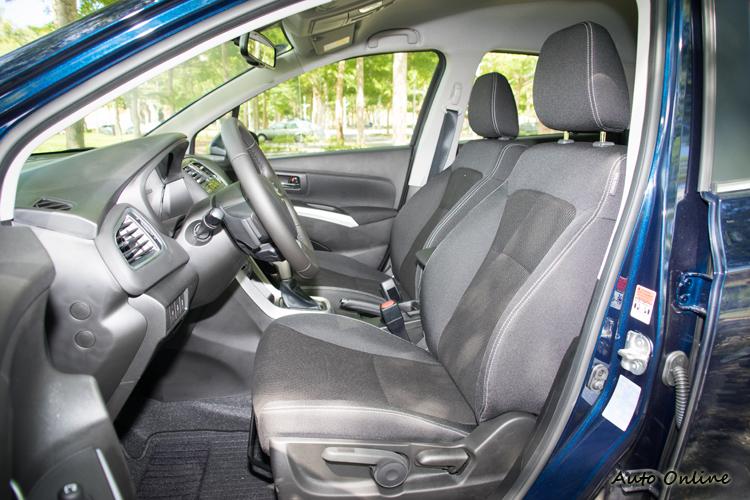 座椅為布質包覆,手動調整功能。