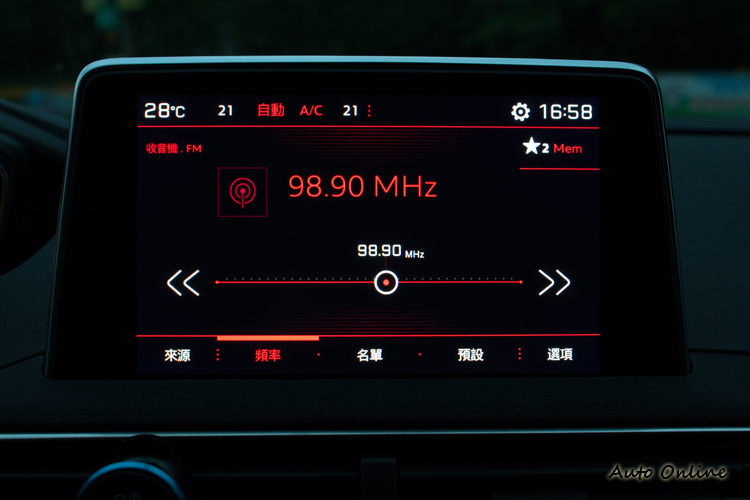八吋彩色觸控螢幕整合音響、空調、車輛設定、安全系統顯影、通訊等功能。