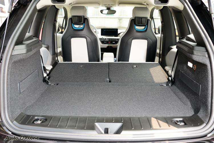 全車系皆標準配備5/5分離可折式後座椅背,載物空間瞬間增加無拘束。