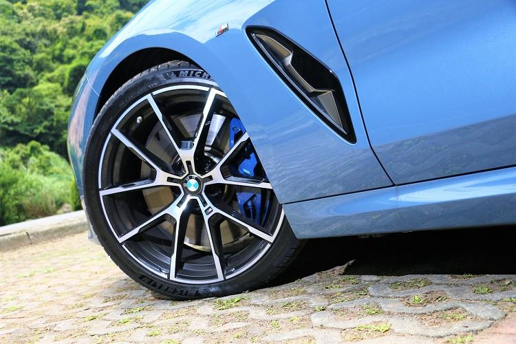 雖然是四輪驅動,但輪胎的尺寸還是採前後配;煞車為M款煞車,藍色塗裝非常顯眼。