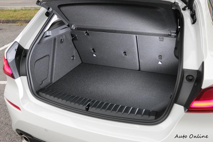 容量較前代車型增加20公升達380公升之譜,稱不上大卻也很夠用。