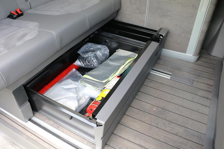 座椅下方的大型抽屜是最方便取放雜物的收納處,因此滅火器就固定在此處。