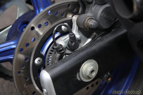 雖然SFV 650的售價比較高一些,但原廠即配備了ABS防鎖死煞車系統。