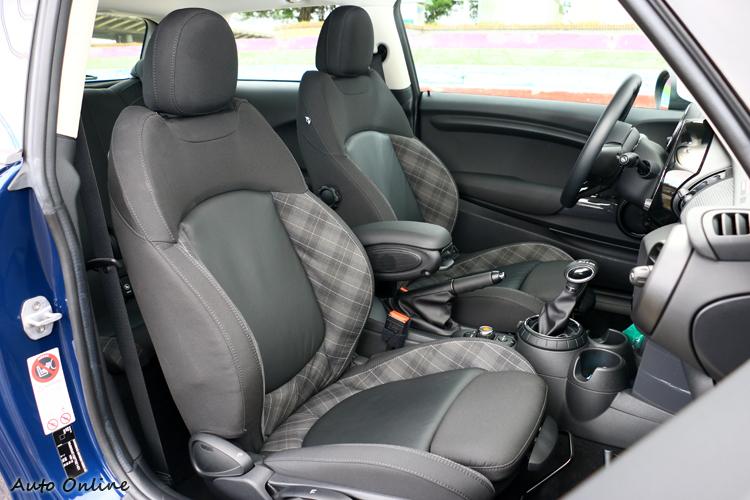 Mini Cooper座椅泡棉偏硬,優點大腿支撐可調整。