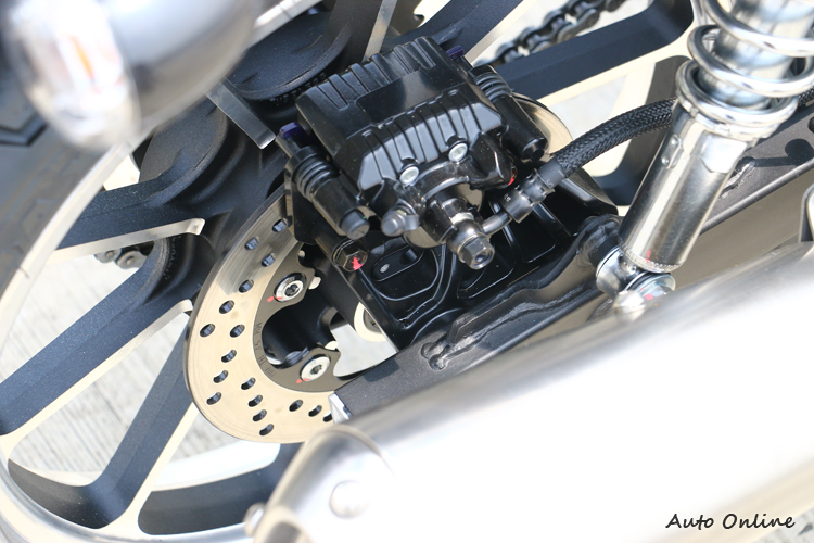 後單碟直徑220mm,僅有單活塞卡鉗,踩起來也是軟軟的,一般騎乘後煞車不會太重踩,上下坡時用法也不同,需要良好操作觀念。