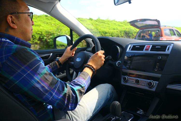 Subaru Legacy雖然原廠賦予它中大型豪華房車使命,懸吊在舒適與樂趣中找到平衡點。