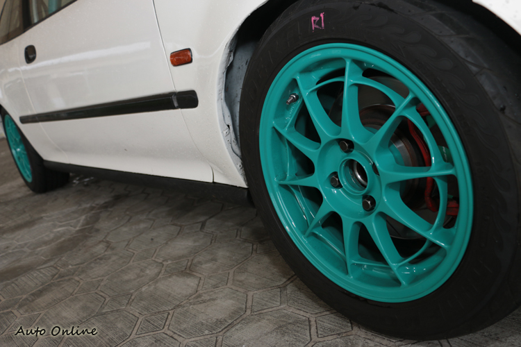 賽道使用15吋8J的Toyo R888全熱熔胎,一般道路則為7J飛達595evo街道胎。