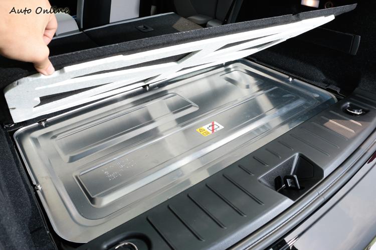 行李廂下方有電動機構模組,沒有多餘的空間置物及擺放備胎。