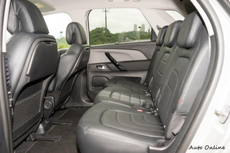 後座全平坦地面中央座位乘客應該特別有感。