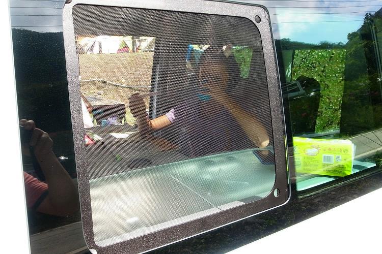 夏天溫度炎熱,原廠有附專屬紗窗,可自行攜帶電風扇來散熱。