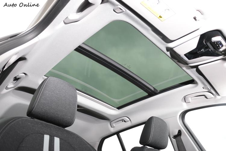 全景式電動玻璃天窗是選配,價格七萬元。