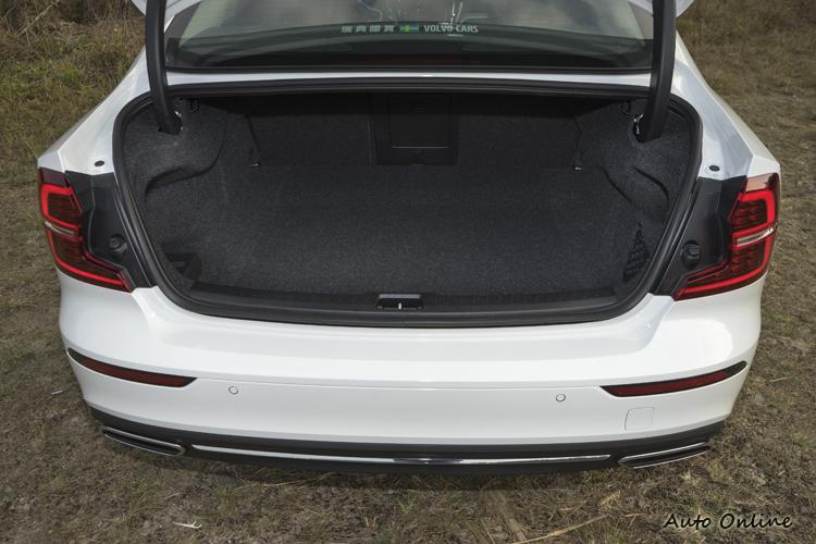 行李廂空間為349公升,比引擎搭載車型略小些。