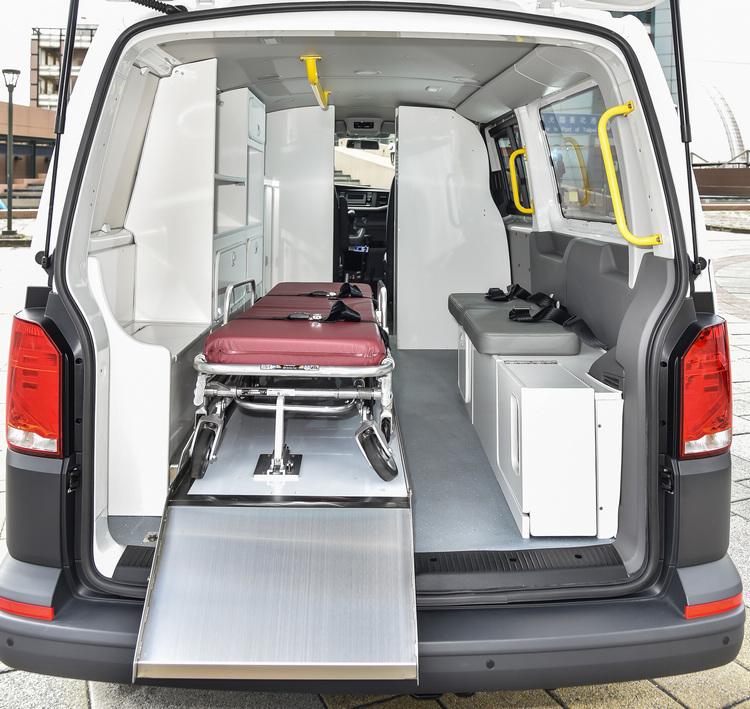 救護車經過特殊改裝,擔架床進出更便利。