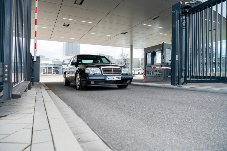 500E看起來像W124,不過採用全新設計的車身外殼部件和修改後的系列部件,煞車和排氣系統被大幅更改。