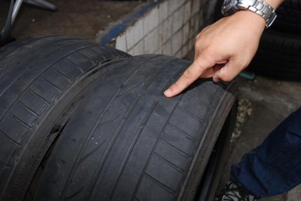 退役下來的原廠胎已達壽命終期,橡膠已經磨耗到指示點標記位置了。