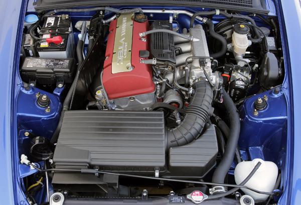 小改款後的S2000改搭載衝程加長的F22C引擎。排氣量提升但動力反而小降,主要的改款重點還是為了日常實用性的提升。