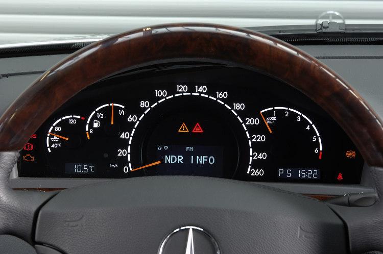 今日習以為常的多功能方向盤、中央顯示幕和COMAND車載資訊平台,都是在W220世代開始導入成為標配。