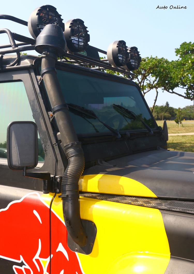 呼吸管與車頂燈都是越野車必備品。