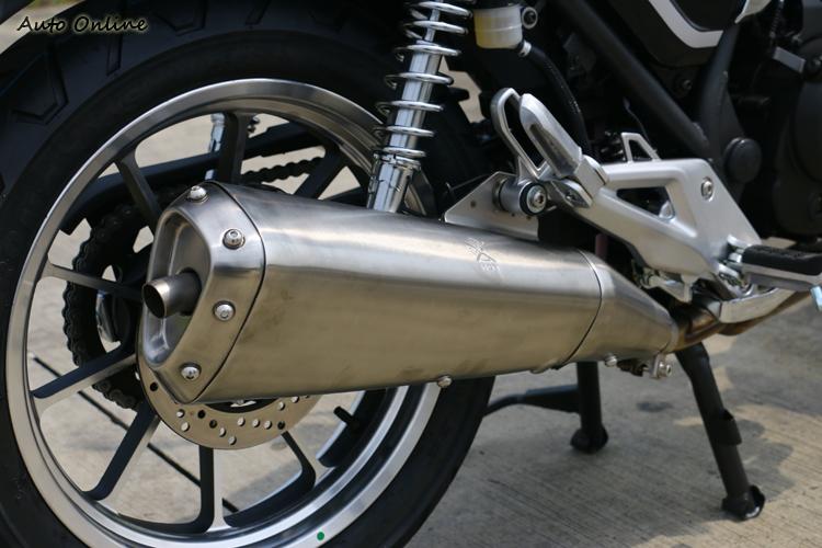 排氣管頗為粗壯,似乎已具防燙效果。有中柱可讓停車更穩固,要做保養時也更加方便。車子不重,架車輕鬆。