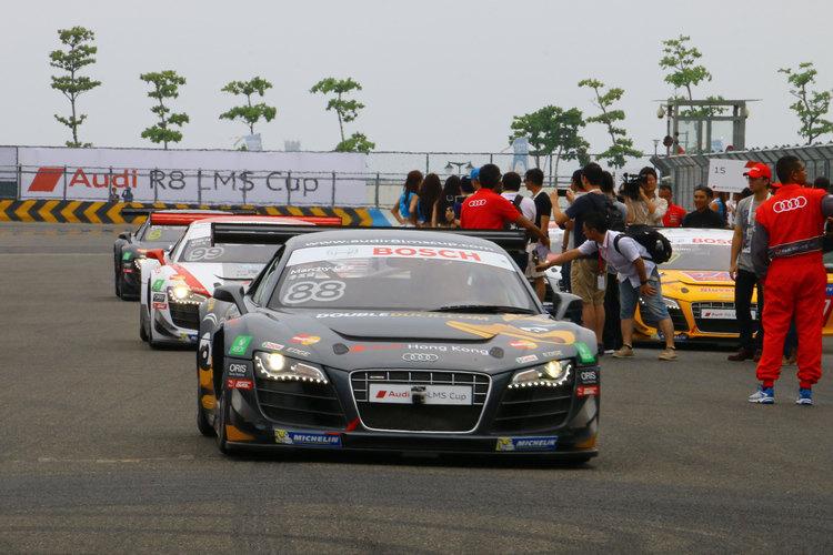 賽車開上賽道即將進行暖胎圈,準備最後調整。