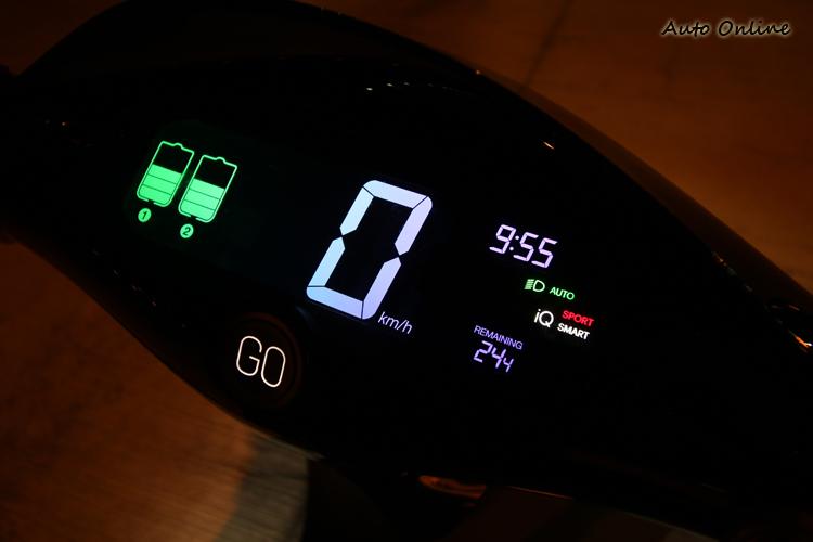 剩餘電量除了儀表左側會顯示外,右下方的資訊幕也能顯示剩餘里程騎士參考。