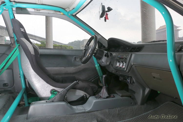 內裝後半部以移除,就連副駕駛也放進車庫。