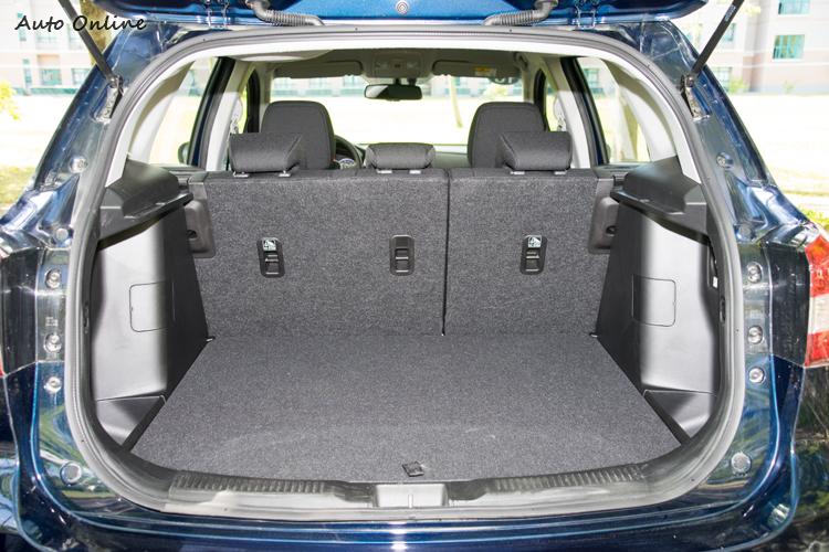 標準狀態下行李廂空間為430公升,下方也有隱藏空間。