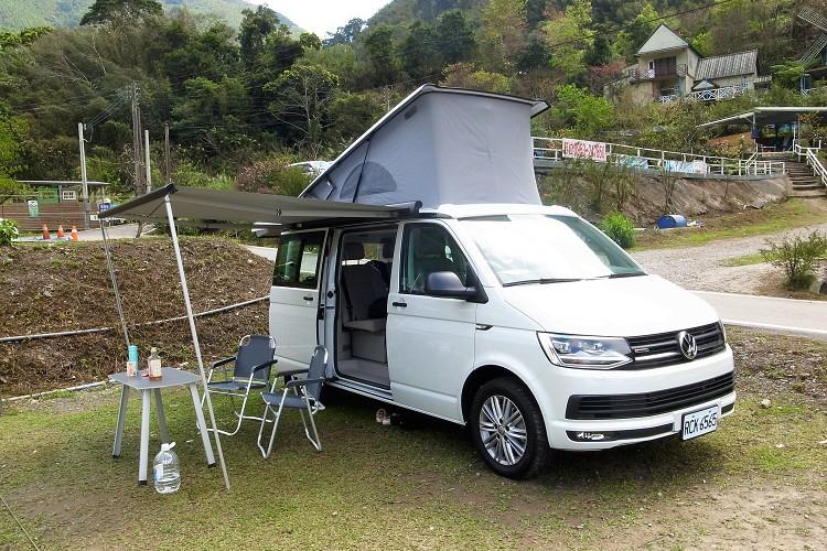 側邊帳拉出並用營釘固定好,從車尾門與滑門內拿出桌椅,快速安置好露營活動空間。