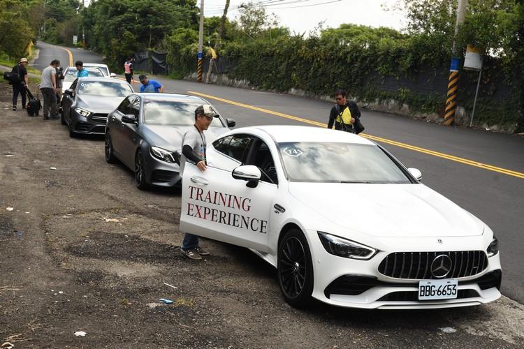 與賽道體驗活動一樣,公路試駕中也會換手、換車。