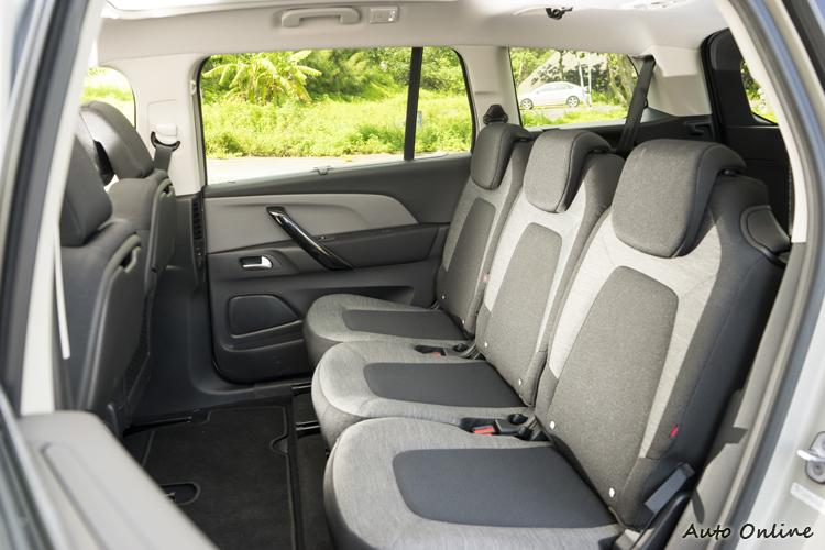 第二排為三張獨立座椅,腿部空間相當寬敞。