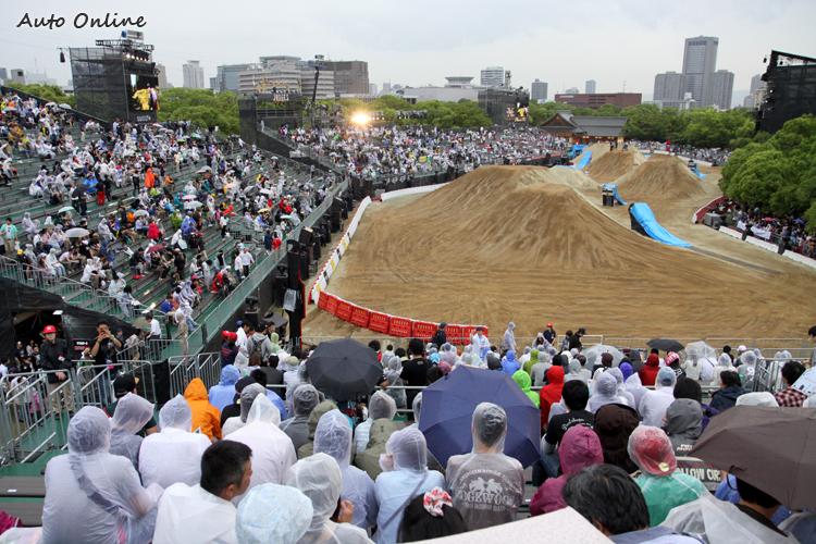比賽準備要開始時,居然下了一場雨,大家不以為意地穿上雨衣,繼續耐心等待比賽開始。