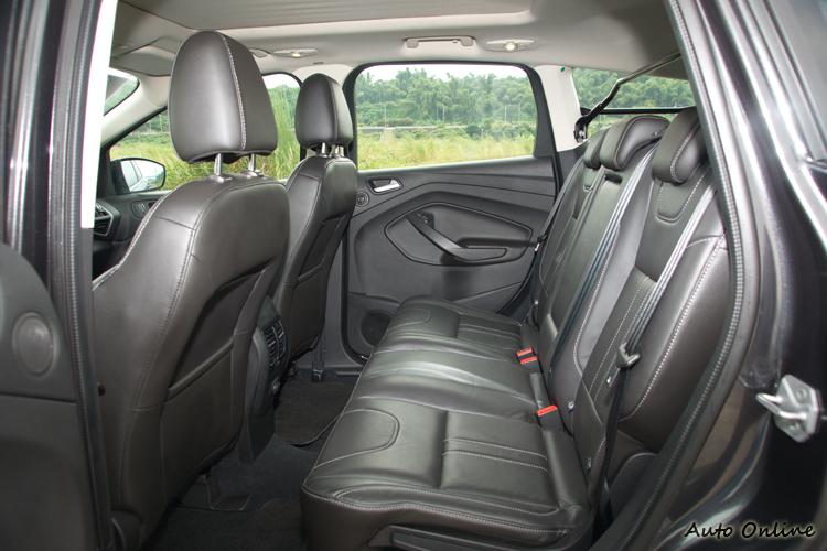 或許受造型設計影響,後座椅空間輸給其他二車。