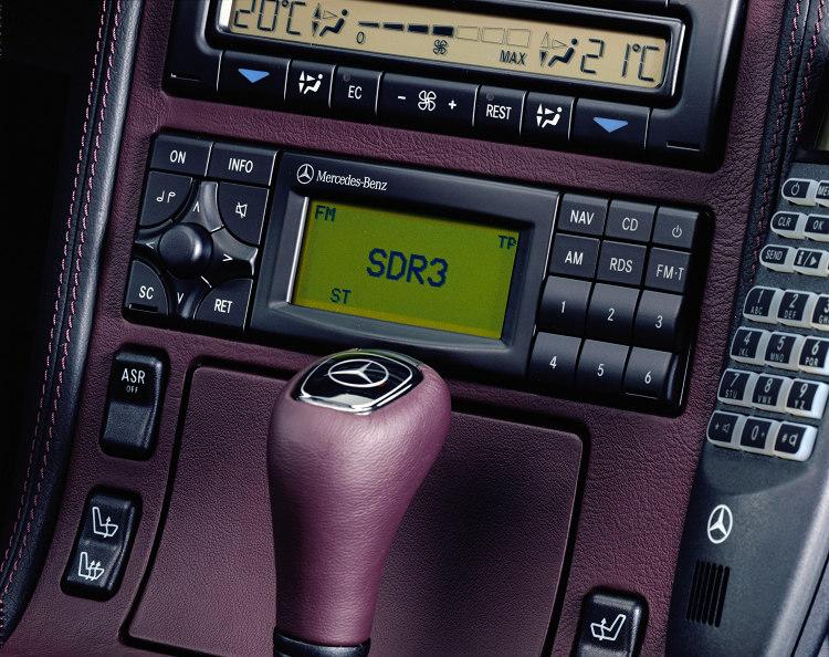 W140開始導入多項現代化的電子設備,同時ESP和側氣囊納入標配的作法,再度開創汽車全新安新基準。