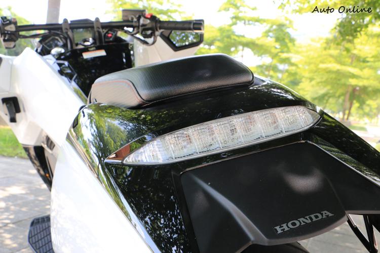 後尾燈與土除整合在一塊,與頭燈一樣是採LED光源。