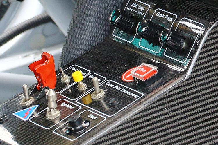 作為純種賽車,控制台上面僅提供所需的操控鍵。
