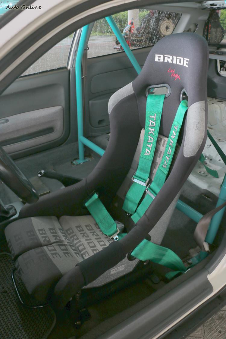 專為賽道改裝四點式安全帶與桶型座椅。