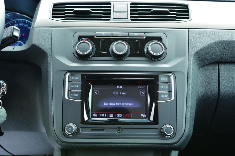 音響系統支援USB/AUX-IN等MP3音源播放、藍牙免持裝置。