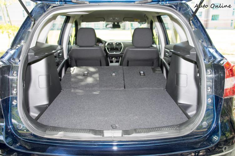 後座椅背放倒後可形成容量達850公升的空間。