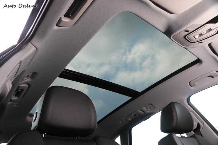 全景電動天窗開啟機會不多,卻仍能提供明亮的視野。