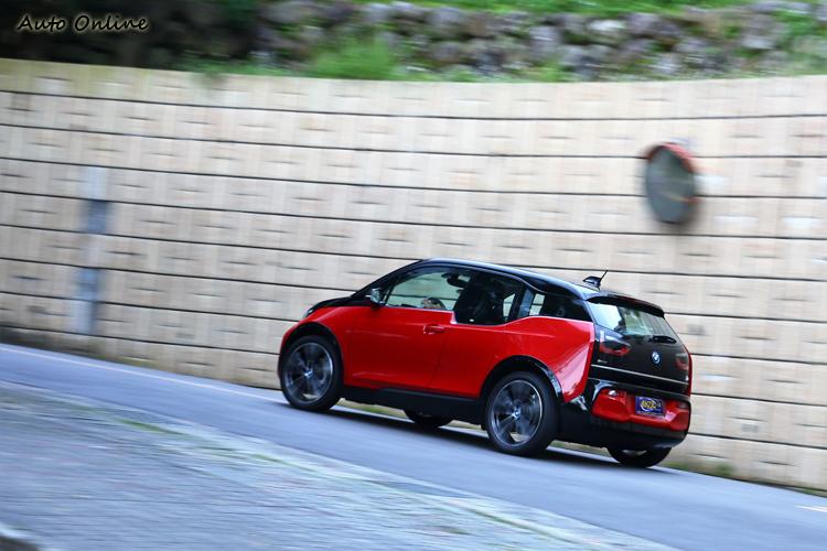 放掉油門後的馬達回充電力,阻力有點類似檔煞的效果,控制得宜在市區幾乎不需要踩煞車。