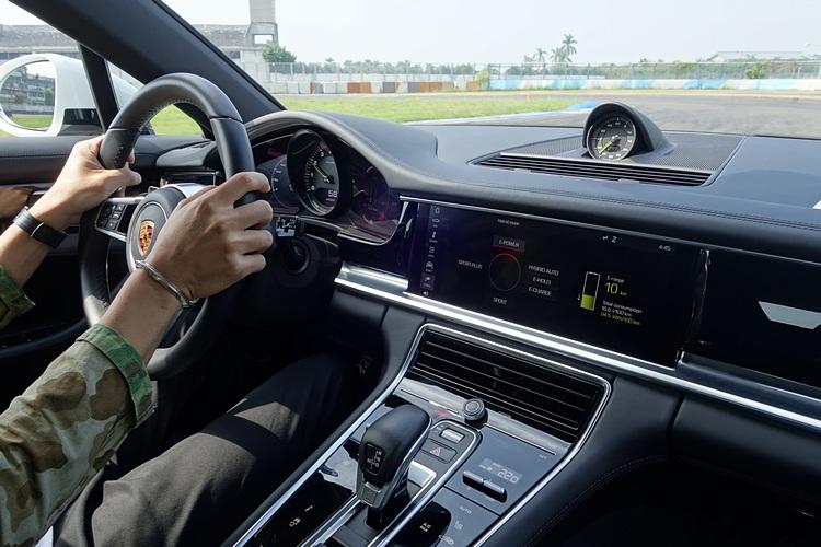 藉由不同行車模式的切換,感受Porsche的綠能車款可以兼顧日常實用與跑車性能。