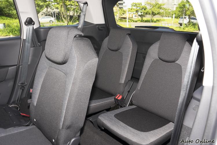 若第二排座椅不向前調些,第三排的腿部空間非常狹小。