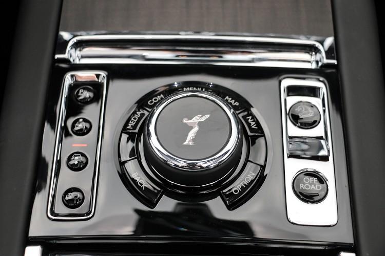 中央鞍坐上的歡慶女神旋鈕,操作方式有如熟悉的iDrive。